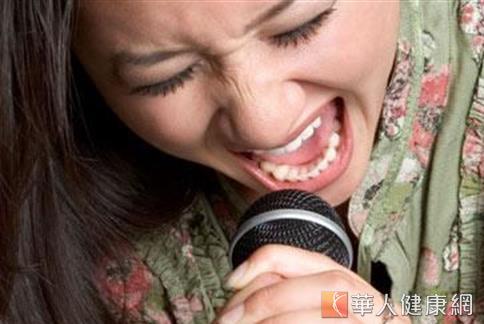 春節連續假期中,許多民眾多會選擇在室內唱歌做為娛樂消遣,但大聲嘶吼歡唱,容易造成喉嚨、聲帶嚴重受損。