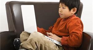 孩子脊椎側彎 3C成癮恐是幫兇