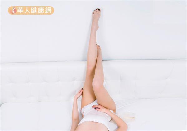 抬腿並不一定要抬到腿麻、腳痠才有效。其實,只要抬高45度以上,每次維持10到15分鐘即可。