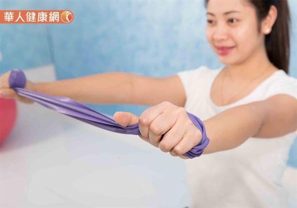 將彈力帶兩端分別纏於雙手,拉長至與肩膀同寬。接著將彈力帶至於胸前,雙手平舉後往後拉,配合呼吸收回算1次,可依個人體力適度進行。