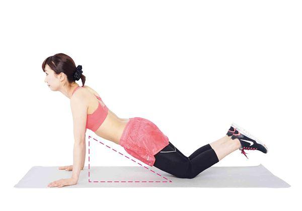 膝蓋放的位置變成在腰的後方,身體下面的空間變成三角形的話,就能提高訓練強度。想要有更強的刺激的人,請務必試試看。(圖片/瑞麗美人國際媒體提供)