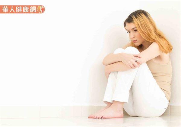 相對於席地盤腿,「雙膝環抱」因人體需環抱大腿,故骨盆、尾椎所承受的壓力也較大。