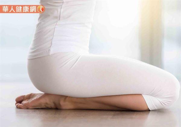 想要在席地而坐時,減輕骨盆、脊椎負擔,最推薦的坐姿為日本傳統的跪坐方式。