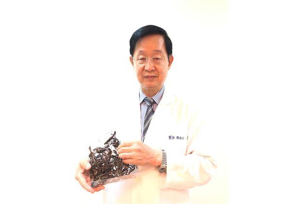 理事長陳旺全(如圖)指出,動物實驗發現倒地蜈蚣草(如圖)可大幅降低脂肪肝。(圖片/中華民國中醫師公會全聯會)