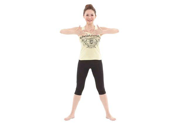 站姿,兩腳打開稍比肩寬,雙手彎曲平舉,手掌朝內放於胸前。(圖片/橙實文化提供)