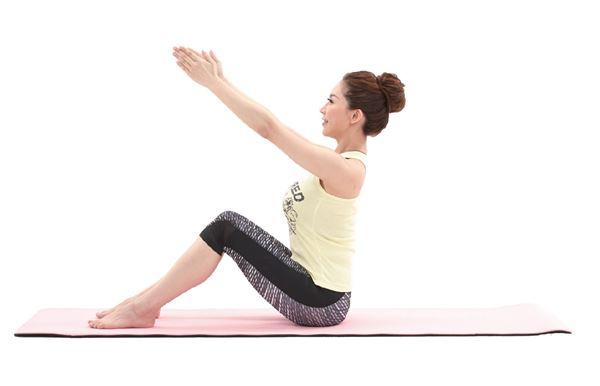 《瘦肚操》2.雙手伸直,手心相對,並向前斜上舉。(圖片提供/橙實文化)