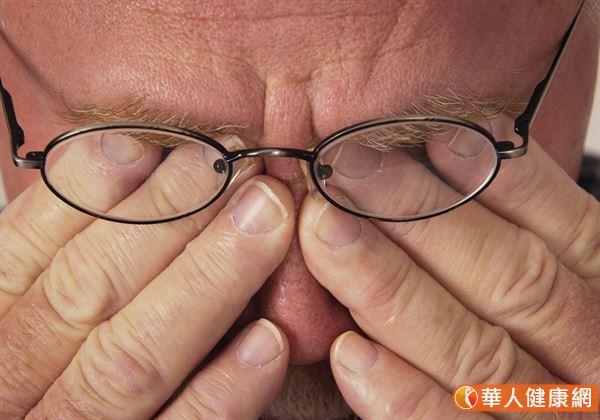 年長或眼睛疲勞者,平日可以多按壓眼眶四周的4穴位。