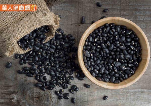 黑豆的維生素A含量比黃豆高出20倍之多,有助於維持在暗處的視覺,對於人體視力保健有一定益處。