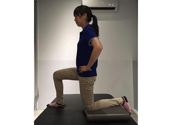 矯正骨盆不正訓練/腰肌伸展訓練動作一。(圖片提供/林虹汝治療師)