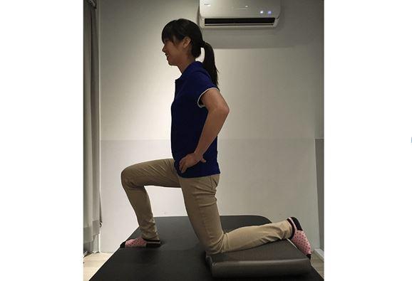 矯正骨盆不正訓練/腰肌伸展訓練動作二。(圖片提供/林虹汝治療師)