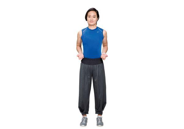 預備動作:雙腳打開與肩同寬,雙手掌心朝上置於腰側。(圖片/瑞麗美人國際媒體提供)