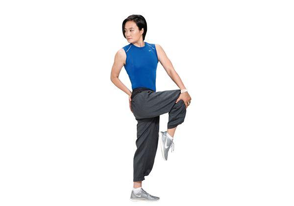 抬膝轉體:吸氣,右腳抬膝,吐氣,左手放到右膝外側,右手置於右邊腰際,臉向後看。(圖片/瑞麗美人國際媒體提供)