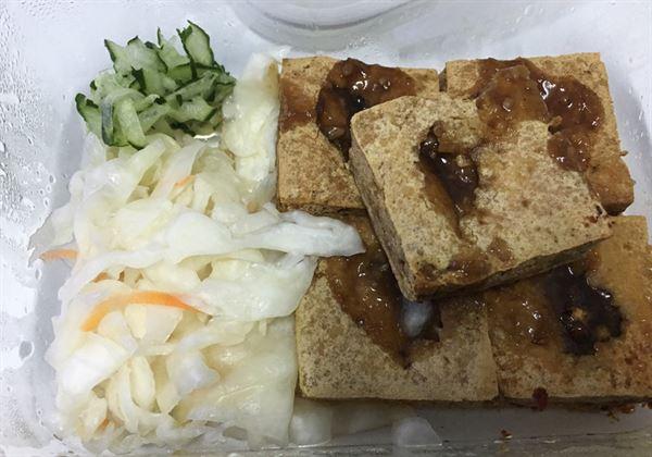 臭豆腐是台灣美食小吃,熱量高與鹽分高,有慢性病者不宜多食。(圖片提供/衛福部南投醫院)