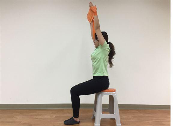 肩部上抬(如圖)活動肩胛骨及活化附近肌群。(圖片提供/君蔚皮拉提斯會館)