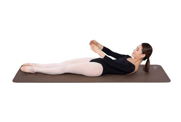 腳掌維持立足尖姿勢,兩手臂呈現步驟一手姿勢。一邊慢慢吐氣,一邊稍微抬起上半身使胸廓緊縮,將上腹部與下腹部貼合維持8秒。同樣的動作重複10遍,每次做的時候,盡量將時間稍微拉長。(圖片/高寶書版提供)