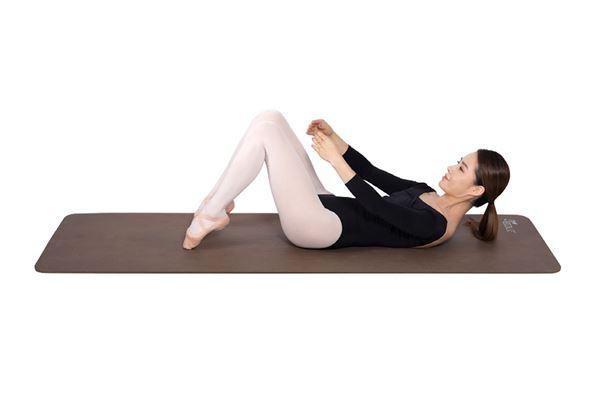 雙膝彎曲,一邊慢慢吐氣,一邊繼續維持與步驟2相同的姿勢。(圖片/高寶書版提供)