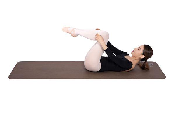 此時將雙膝稍微抬起,讓腹部以最大限度用力。(圖片/高寶書版提供)