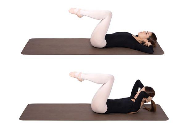 將上半身放鬆躺平,慢慢吸氣,緊縮胸廓,做稍微將上半身抬起一半的仰臥起坐,重複做50次。(圖片/高寶書版提供)