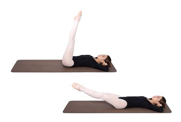 將兩腿伸直,向上抬起、放下,重複此動作10~20次。(圖片/高寶書版提供)