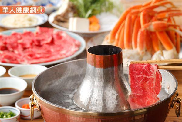 台灣人愛吃鍋!尤其是年節將屆,團圓圍爐當然少不了火鍋的存在。但市售常見火鍋沾醬,不僅有隱藏熱量的問題,更是導致鈉攝取量超標的罪魁禍首,吃多恐造成人體負擔!