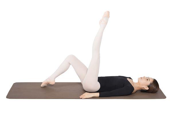 動作1:在地上躺正,雙膝彎曲後,將左腿向上打直。(圖片/高寶書版提供)