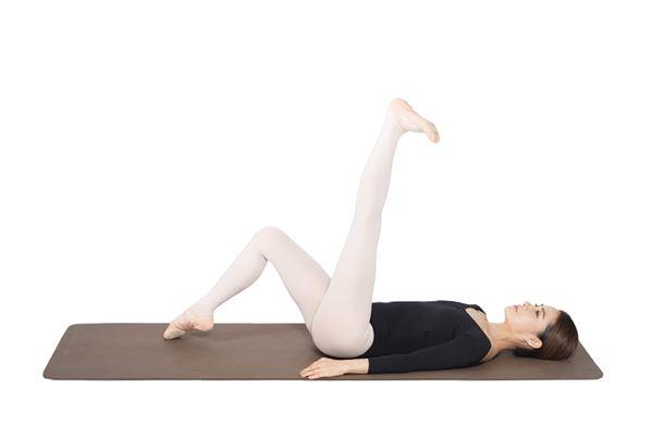 動作2:左腳腳掌做立足尖動作,再將腳板往身體方向壓,這兩個動作來回8次。(圖片/高寶書版提供)