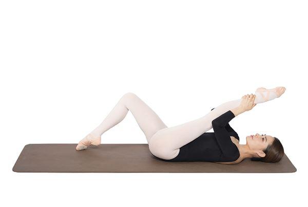 動作3:腳掌呈現立足尖姿勢後,用手抓住腳踝。將整條腿往身體方向拉,來回8次。(圖片/高寶書版提供)