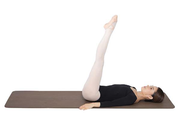 動作4:將兩腿向上伸直,腳尖呈立足尖動作。(圖片/高寶書版提供)
