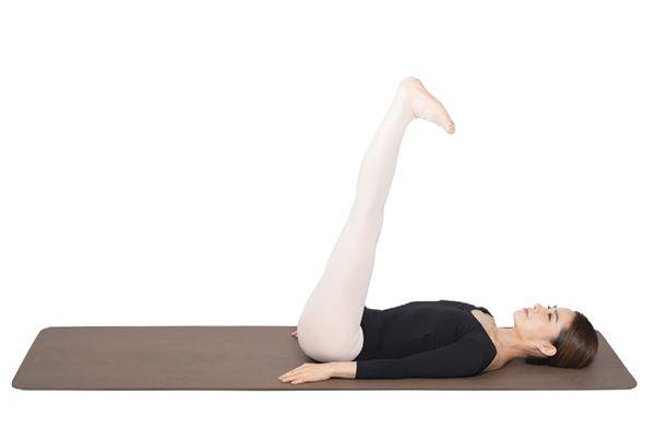 動作5:將腳板往身體方向壓,伸展後腳筋。(圖片/高寶書版提供)
