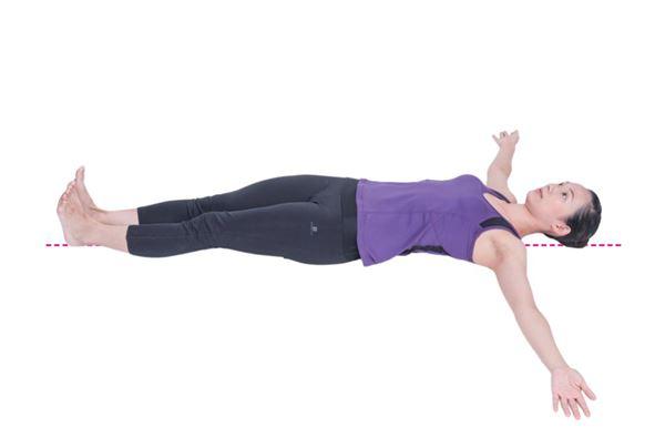 預備姿勢:仰臥,雙腳併攏,腳掌背屈,腳尖朝上。雙手外展,與身體呈90度,掌心向上。(圖片/原水文化出版社提供)