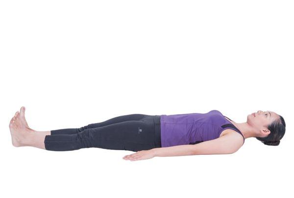 預備姿勢:仰臥,雙手置於身體兩側,掌心朝下,雙腿併攏,腳掌背屈, 腳尖朝上。(圖片/原水文化出版社提供)