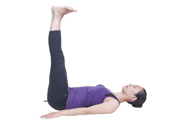 吸氣時雙手下壓助力,兩腳瞬間抬高90度以上,保持兩腳伸直、腳掌背屈,維持10秒以上。(圖片/原水文化出版社提供)