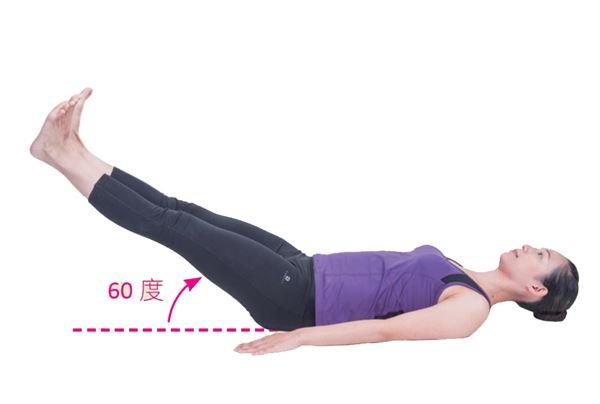 腹部肌肉內縮呈扁平狀態,吐氣時以15 秒速度緩慢下降回復預備姿勢,如此重複10次以上。(圖片/原水文化出版社提供)