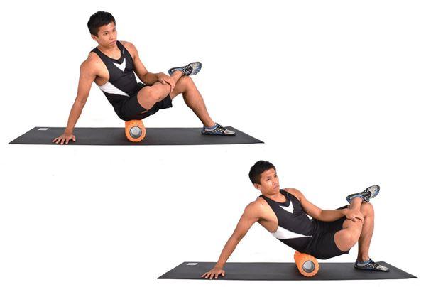 坐在滾筒上,雙手撐地保持平衡,一腳跨於另一腳,小範圍滾動,專注按壓半邊臀部。(圖片/橙實文化提供)