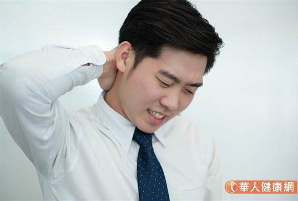 整個頸部、肩膀酸疼得抬不起來,雖經按摩會好轉,可沒過幾天情況就更糟,就要小心有頸椎病問題。