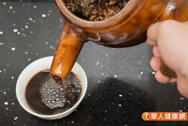 漢方清熱祛濕飲,材料有白茅根3錢、茯苓3錢、淡竹葉3錢、生甘草2錢、地骨皮3錢。