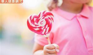 「吃甜甜」不哭鬧?一、兩顆糖沒關係?寶寶生病、過敏機率恐大增