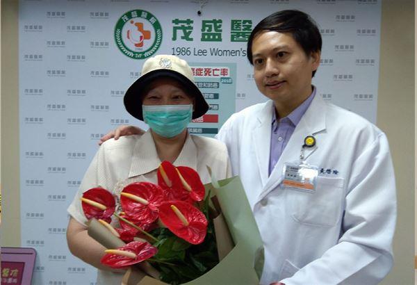 王女士,2年多前即感觉乳房皮肤长出小肉芽有异,却因照顾瘫痪30年的丈夫而拖延就医。(图片提供/茂盛医院)