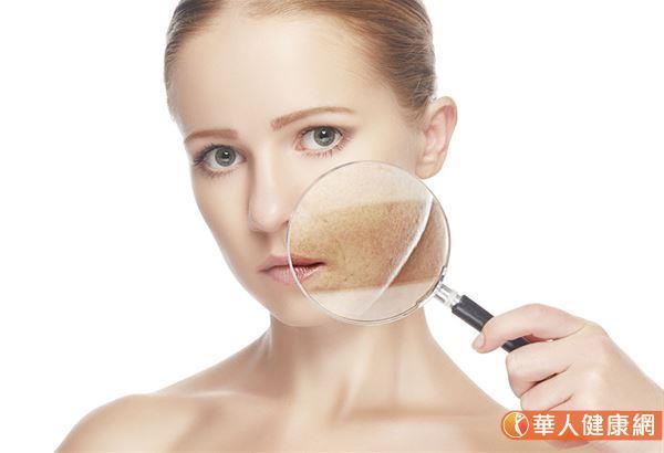 """""""肺主皮毛"""",接触到干燥气候的人体组织,就是最外一层保护人体的皮肤、黏膜等上皮组织,这些组织如果受到秋燥影响,水分蒸散太多而不足,如果在皮肤,就会觉得皮肤干燥,甚则发痒或龟裂。"""