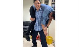男神吳怡農大秀胯下摔,粉絲超嗨!復健科醫師:掌握這些技巧,防膝關節和脊椎傷害