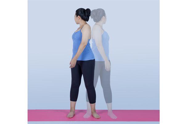 除了按摩胃腸外,民眾平時也可以進行站姿扭轉,按摩腹部內臟的瑜珈動作,也有助放鬆「第二大腦」。(圖片/零極限出版提供)