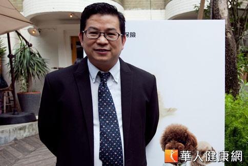 獸醫師蔡坤龍表示,門診發現大約有3成罹患重症或意外傷害的犬隻,因為主人無力負擔,而被迫放棄救治。(攝影/黃志文)