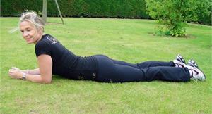 懶人運動趴著做!學會趴姿抬腿,每天3分鐘翹臀、瘦腰超有效