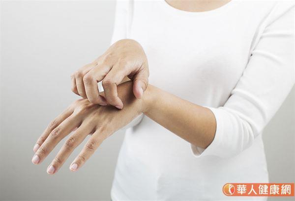 皮膚癢,不可以經常使用家庭常用萬年藥膏一條通。