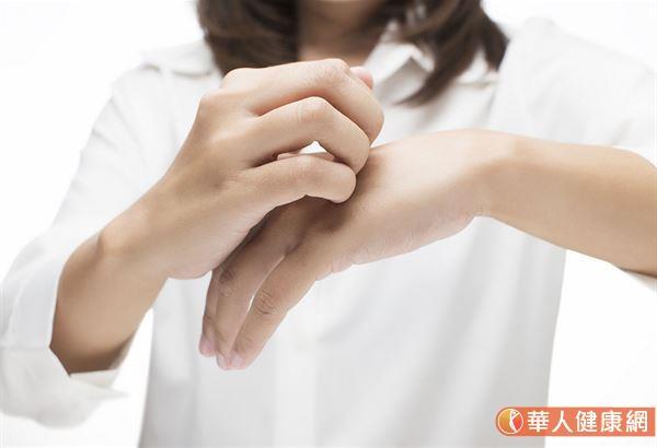 門診常見的皮膚癢原因很多,像是急性蕁麻疹、蚊蟲叮咬、隱翅蟲、黴菌感染、汗疱疹等,通常要針對症狀選擇不同的藥物,對症下藥才有效。