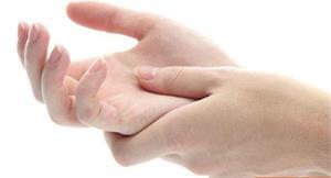 婦手指關節生鏽、疼痛卡卡?退化性關節炎惹禍,動脈注射療法治療助改善