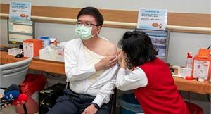 長庚醫院院長帶頭施打疫苗!首日五大院區近300位醫護完成施打