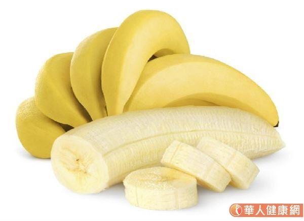 鎂的作用除了能幫助神經傳導及肌肉運作,也有幫助穩定心律、血糖的功效,並能協助骨骼建構與礦化等。不過人體無法自己製造鎂,必需由食物來攝取。黑巧克力、香蕉、深綠色蔬菜、堅果、小麥胚芽等食材皆含有豐富的鎂。