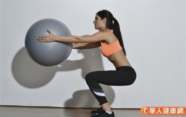 深蹲這項目運動,比較屬於無氧運動,但卻可以增強下半身的肌肉,更對於肌少症的預防有正面的幫助。