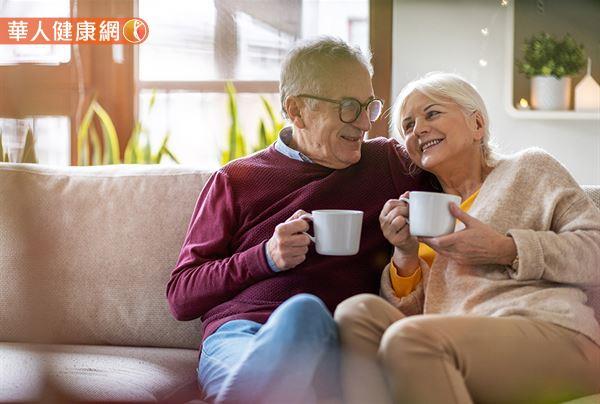 研究發現,每天喝2-3杯咖啡的受試族群,其罹患新冠肺炎的風險,相較於每天喝不到1杯咖啡的受試族群降低了10%。此外也發現,攝取咖啡也與降低年長者罹患新冠肺炎的風險有關。